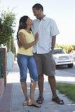 Par som går ner trottoar Royaltyfri Foto