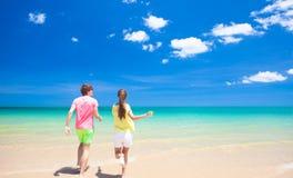 Par som går på den tropiska stranden Royaltyfri Fotografi