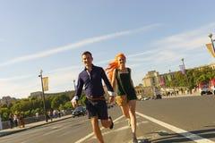 Par som går på gator av Paris Royaltyfria Foton