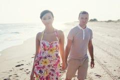 Par som går på kamera Royaltyfri Fotografi