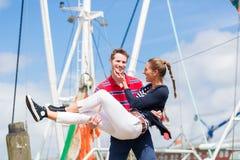 Par som går på marinapir Royaltyfri Bild