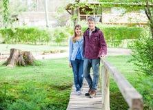 Par som går på träbron Arkivbild