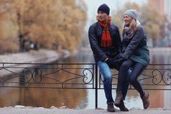Par som går på vintern, parkerar Arkivbilder