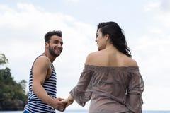 Par som går sommarsemester, den härliga unga lyckliga mannen för folk och kvinnaleende Fotografering för Bildbyråer