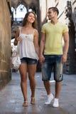 Par som går till och med stad Royaltyfri Bild