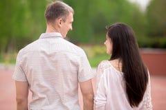Par som går, tillbaka sikt Arkivbilder