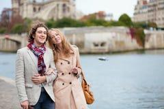 Par som går vid Seinen i Paris Arkivbild