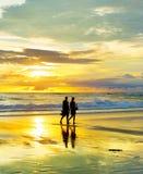 Par som går vid stranden Arkivfoton