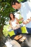 Par som gör bbq att äta lunch Royaltyfria Foton
