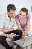 Par som gör en online-betalning Royaltyfria Foton