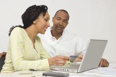 Par som gör en online-transaktion Royaltyfri Fotografi