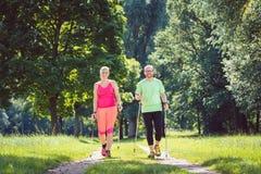 Par som gör nordbo som går för sport Arkivbilder