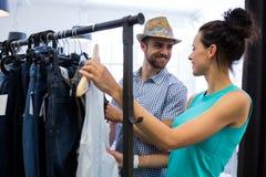 Par som gör shopping på kläderlagret arkivfoto