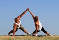 Par som gör yoga Arkivbilder