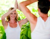 Par som gör yoga fotografering för bildbyråer