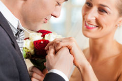par som ger förbindelselöftebröllop Royaltyfri Bild