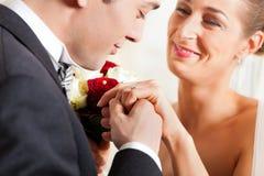 par som ger förbindelselöftebröllop royaltyfri foto