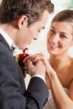 par som ger förbindelselöftebröllop Royaltyfri Fotografi