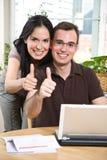 par som ger upp lyckliga tum Royaltyfri Bild