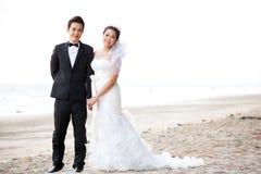 Par som gifta sig på stranden royaltyfri fotografi