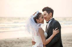 Par som gifta sig strandsolnedgång royaltyfri foto