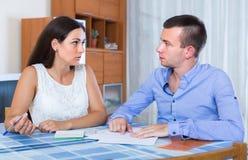 Par som grälar på bankrörelsemeddelandet Fotografering för Bildbyråer
