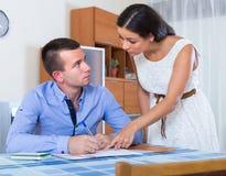 Par som grälar på bankrörelsemeddelandet Arkivfoto