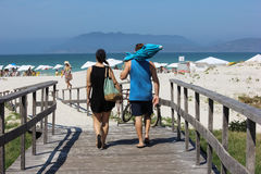 Par som går till stranden Arkivbilder