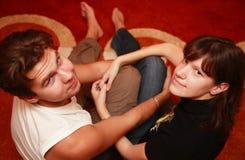 par som håller älska tillsammans arkivfoto