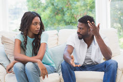 Par som har argument på soffan Fotografering för Bildbyråer