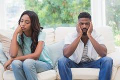 Par som har argument på soffan Royaltyfri Foto