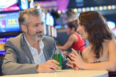 Par som har datumet i kasino royaltyfria foton