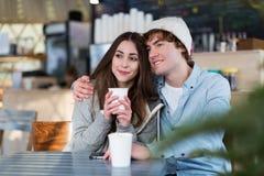 Par som har den varma drinken på vinterdag arkivbild