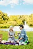Par som har det romantiska datumet i parkera Royaltyfri Bild