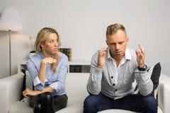 Par som har ett argument över något som är allvarlig Arkivbild