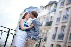 Par som har ett romantiskt datum på Montmartre i Paris Arkivfoton