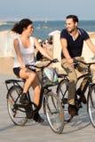 Par som har fon på cyklar Royaltyfria Bilder