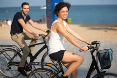 Par som har fon på cyklar Royaltyfri Foto