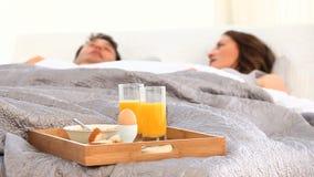 Par som har frukosten i underlag stock video