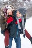 Par som har gyckel i täckt snö, parkerar arkivfoto
