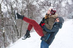 Par som har gyckel i täckt snö, parkerar arkivfoton