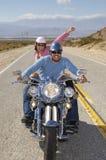 Par som har gyckel på en cykelritt Royaltyfri Foto