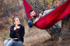 Par som har gyckel på picknick royaltyfri foto