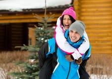 Par som har gyckel under vinterferier Arkivfoto