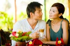 Par som har kaffe Arkivbild