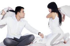 Par som har konflikt på säng Royaltyfri Bild