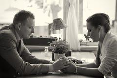 Par som har konversation royaltyfri bild