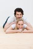 Par som har något roligt koppla av tillsammans Arkivfoto