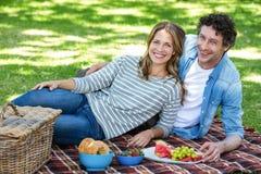 par som har picknicken Royaltyfri Bild