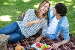 par som har picknicken Royaltyfri Foto